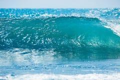 Błękit fala w tropikalnym oceanie Falowy lufowy rozbijać, jasna woda i słońce, zaświecamy Zdjęcia Stock