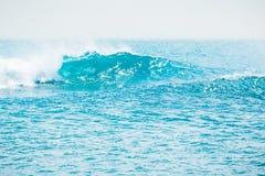 Błękit fala w tropikalnym oceanie Falowy lufowy rozbijać w morzu Obrazy Royalty Free