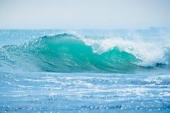 Błękit fala w tropikalnym oceanie Falowy rozbijać w słonecznym dniu Obraz Stock