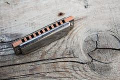 Błękit harmonijka na drewnianym tle zdjęcia royalty free