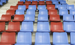 Błękit i czerwony siedzenie na sporta stadium Zdjęcia Royalty Free