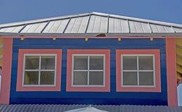 Błękit i menchia kolory łączymy na budynku w Bahamas Obraz Royalty Free