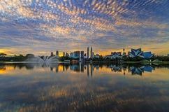 Błękit i płonący nieba podczas wschodu słońca i odbicia na jeziorze z pejzażu miejskiego tłem Zdjęcia Royalty Free