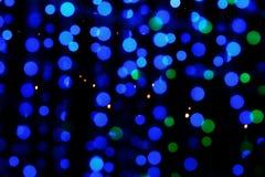 Błękit i zieleń zamazujemy bokeh od światła na ciemnej nocy obrazy royalty free