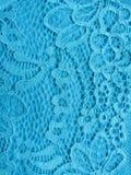 Błękit koronka na białej, błękitnej tło tkaninie, Fotografia Royalty Free