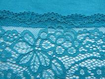 Błękit koronka na białej, błękitnej tło tkaninie, Obraz Royalty Free