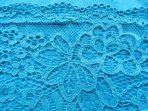 Błękit koronka na białej, błękitnej tło tkaninie, Zdjęcie Royalty Free