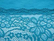 Błękit koronka na białej, błękitnej tło tkaninie, Obrazy Stock
