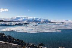 Błękit lodowy spławowy jezioro w Jokulsarlon lagunie Zdjęcia Royalty Free