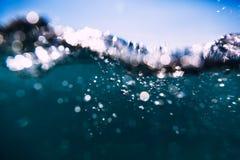 Błękit macha w oceanie Wodna tekstura i bokeh Zdjęcie Royalty Free