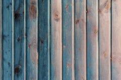 Błękit malował drewnianą powierzchnię, tekstura, różni błękitów cienie Nieociosane naturalne drewniane pionowo deski z pęknięciam zdjęcia stock