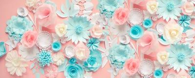 Błękit, menchie i biała księga kwiaty na różowym tle, zdjęcia stock