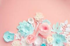 Błękit, menchie i biała księga kwiaty na różowym tle, obrazy royalty free