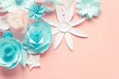 Błękit, menchie i biała księga kwiaty na różowym tle, obraz stock