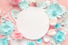 Błękit, menchie i biała księga kwiaty na różowym tle, fotografia stock