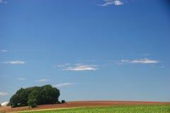 błękit nieba nad małym drewna obraz stock