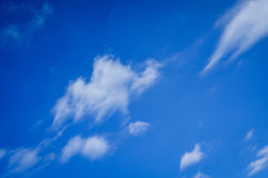 błękit obłoczny nieba biel Zdjęcia Royalty Free