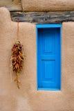 błękit pieprzowy czerwony ristra okno Zdjęcia Stock