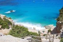 Błękit plaża z niektóre ludźmi widzieć od wierzchołka Cala Goloritze wewnątrz Zdjęcie Stock