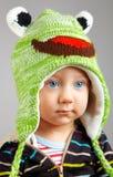 Błękit przyglądająca się chłopiec zdjęcie stock