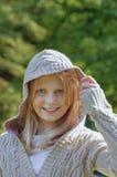 Błękit przyglądająca się dziewczyna w trykotowym pulowerze Zdjęcie Stock