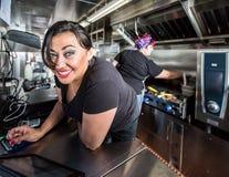 Błękit Przyglądający się kasjer Na jedzenie ciężarówce Zdjęcie Stock