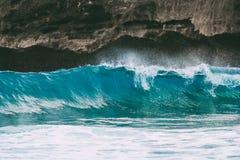 Błękit skały w oceanie i fala Kryształ fala Fotografia Stock