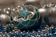 Błękit Srebne Bożenarodzeniowe dekoracje, Bożenarodzeniowa piłka z gwiazdą Fotografia Royalty Free