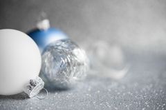 Błękit, srebro i biali xmas ornamenty na błyskotliwość wakacje tle, Wesoło kartka bożonarodzeniowa Fotografia Stock