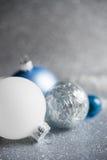 Błękit, srebro i biali xmas ornamenty na błyskotliwość wakacje tle, Wesoło kartka bożonarodzeniowa zdjęcia stock