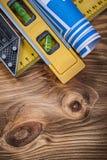 Błękit staczająca się budowa planu pozioma kwadrata władca na drewno desce Obrazy Stock
