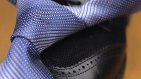 Błękit supłający krawat kłama na s murzyna ` butach zbiory wideo
