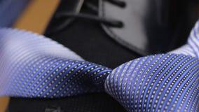 Błękit supłający krawat kłama na s murzyna ` butach zdjęcie wideo