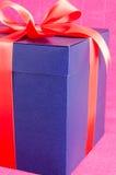Błękit teraźniejszości pudełko z czerwonym faborkiem odizolowywającym obrazy stock