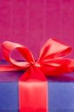 Błękit teraźniejszości pudełko z czerwonym faborkiem odizolowywającym zdjęcia royalty free