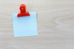 Błękit umieszczający na drewnianej podłoga Nutowy papier Obrazy Stock