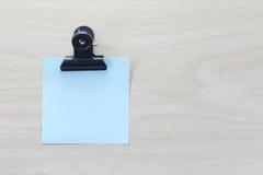 Błękit umieszczający na drewnianej podłoga Nutowy papier Fotografia Royalty Free