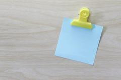 Błękit umieszczający na drewnianej podłoga Nutowy papier Zdjęcie Royalty Free