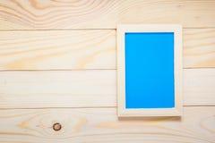 Błękit w fotografii ramy drewnie na drewnianym Zdjęcie Stock