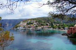 Błękit zatoka i idylliczny schronienie Assos, Kefalonia Obrazy Stock