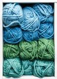 Błękit, zieleń i cyraneczek piłki wełna dla Dziać, obraz stock