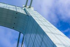Błękita Bridżowy dojechanie dla chmur obrazy stock