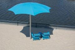 Błękita Cahirs annd Plażowy parasol Obraz Royalty Free