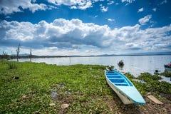Błękita czółno nad tropikalnym jeziorem, Afryka Wschodnia Zdjęcia Royalty Free
