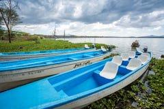 Błękita czółno nad tropikalnym jeziorem, Afryka Wschodnia Obraz Royalty Free