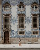 Błękita dachówkowy budynek zdjęcie stock