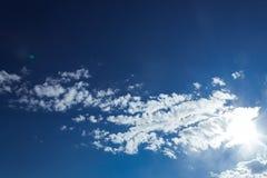 Błękita jasny niebo z kilka chmurnieje Fotografia Royalty Free