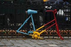 Błękita, koloru żółtego i czerwieni bicykl bez kół oprócz metalu, ono fechtuje się zdjęcia royalty free