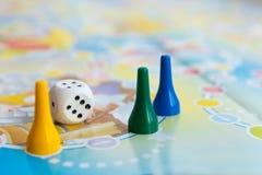 Błękita, koloru żółtego i zieleni plastikowi układy scaleni, kostka do gry i gry planszowa dla dzieci, Obrazy Stock