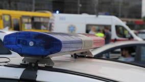 Błękita lekki migacz na samochodzie policyjnym Miast światła na tle zbiory wideo